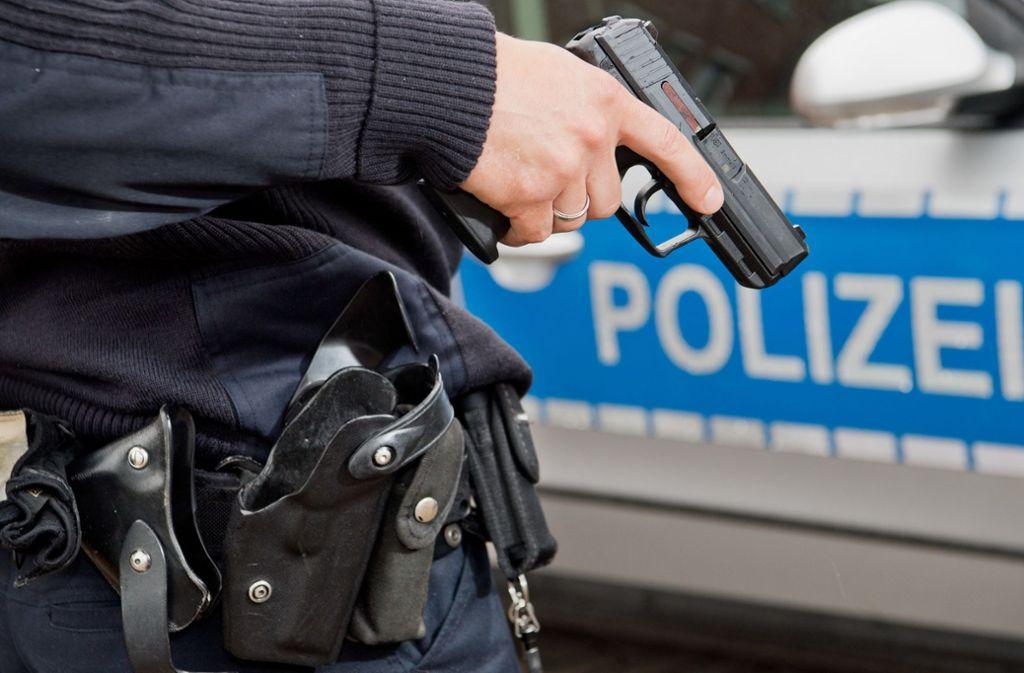 Ein Polizist hat im Allgäu in Richtung eines 24-Jährigen geschossen, der eine Waffe auf den Beamten gerichtet haben soll (Symbolfoto). Foto: dpa/Julian Stratenschulte