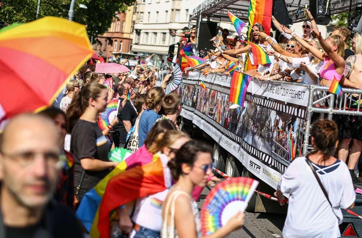 """CSD in Stuttgart als Zeichen für Vielfalt. Dagegen steht die polarisierende Frage:  -""""Übertreiben es in Stuttgart Ihrer Meinung nach viele mit ihrer Toleranz gegenüber lesbischen, schwulen, bisexuellen, transsexuellen, transgender, intersexuellen und queeren Menschen?"""" Foto: picture alliance/dpa/Christoph Schmidt"""