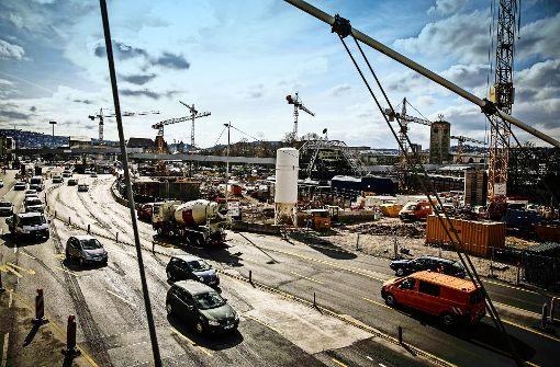 Auf der Willy-Brandt-Straße umrunden die Fahrzeuge die Baustelle für die neue Stadtbahnhaltestelle Staatsgalerie. Foto: Lg/Leif Piechowski