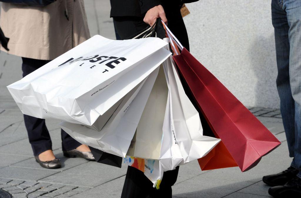 Mit vollen Tüten raus aus den Läden: der Kreis Ludwigsburg ist laut einer IHK-Studie nach wie vor attraktiv für den Handel. Doch immer mehr Umsatz wird im Netz gemacht. Foto: dpa