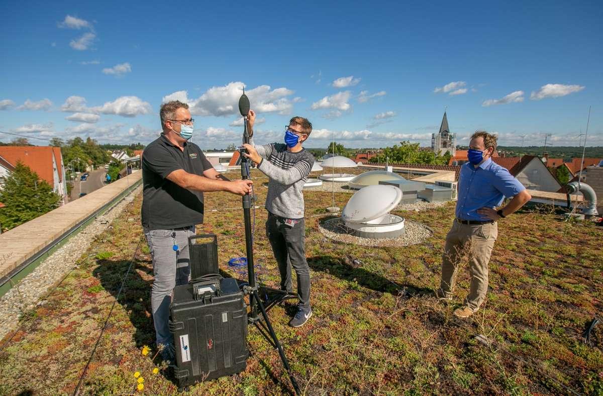 Ortsbaumeister Marlon Bier (von links) unterstützt Thomas Ruppert und Marius Henle beim Aufstellen des Mikrofons. Foto: Roberto Bulgrin
