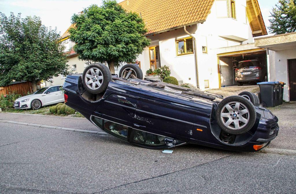 Der BMW musste mit einem Totalschaden  abgeschleppt werden. Foto: SDMG