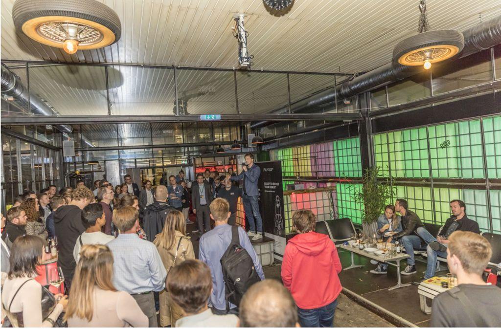 Der Redner steht auf einer kleinen Bühne: In der Schankstelle trifft sich Stuttgarts Gründerszene. Foto: Andreas Engelhard
