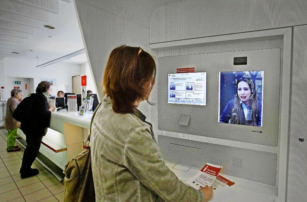Am Tübinger Bahnhof ist auf Knopfdruck eine Videoberatung möglich. Foto: Horst Haas
