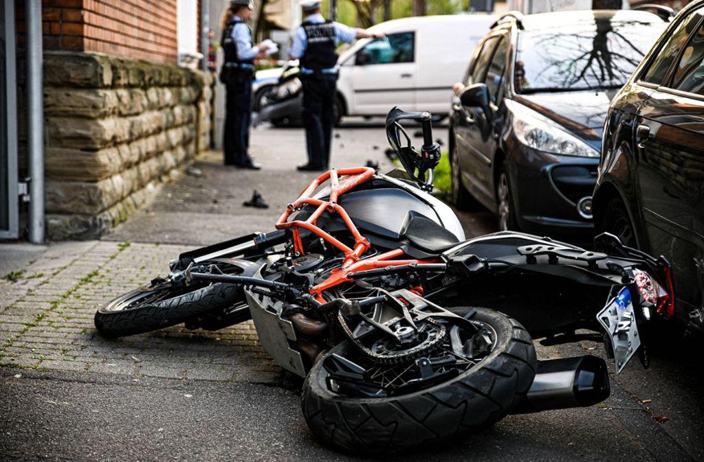 Das Motorrad ist durch den Unfall gegen eine Hauswand und zwei geparkte Pkw geprallt. Foto: 7aktuell.de /Marc Gruber