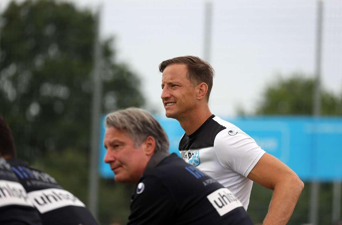 Kickers-Trainer Ramon Gehrmann  (re., neben dem Sportlichen Leiter Lutz Siebrecht) hat am Mittwoch mit seinem Team im Pokal bei der SG Empfingen 2:0 gewonnen. Foto: imago//Robin Rudel