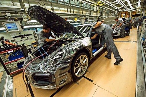 In Zuffenhausen werden die  Sportwagen von Porsche produziert. In einigen Jahren soll ein Elektro-Modell hinzukommen. Foto: dpa