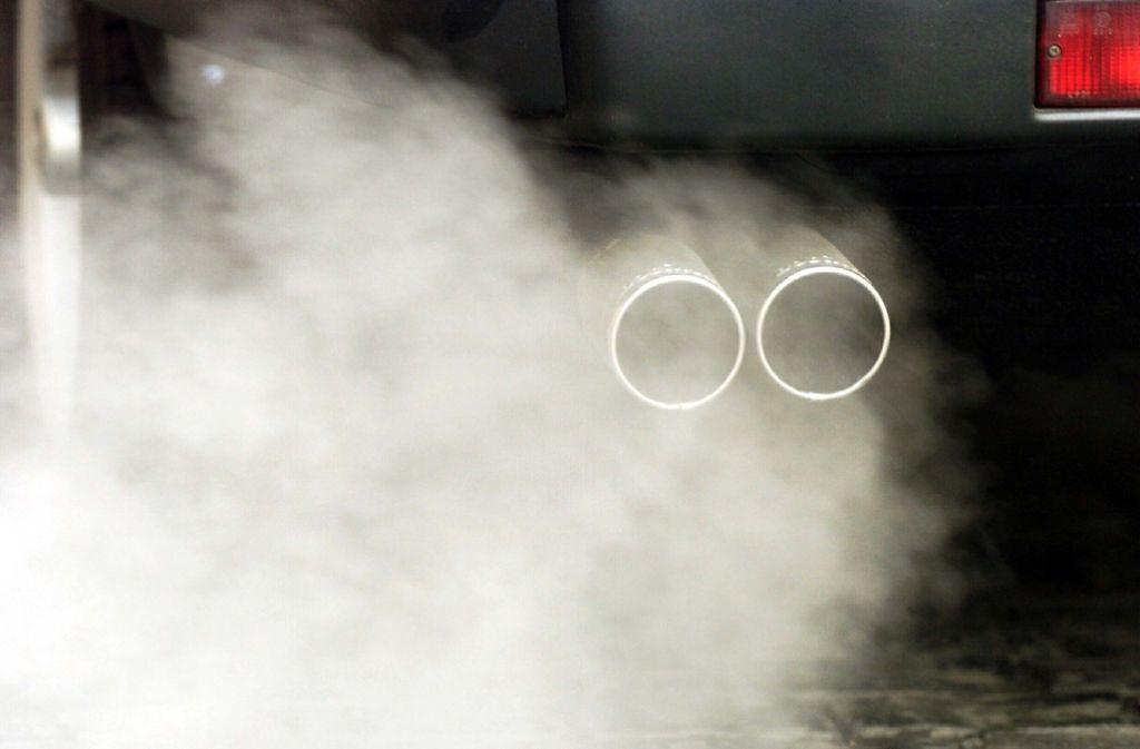 Abgase aus einem Jaguar: Verbrennungsmotoren sind laut Grünen ein Auslaufmodell. Foto: dpa