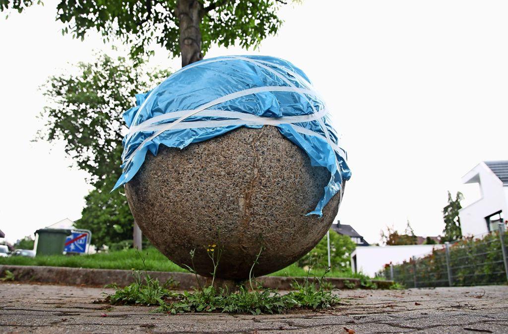 Damit die Füllmasse richtig aushärtet, hat die Kugel vorübergehend eine Schutzhaube aus blauem Plastik verpasst bekommen. Foto: Recklies