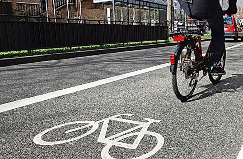 Der Radfahrer übersah beim Abbiegen die Tram. (Symbolfoto) Foto: dpa
