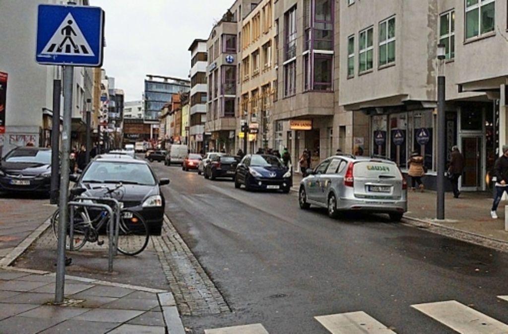 Auf der Straßenseite ohne Parkbuchten (rechts) ist das Parken  eigentlich verboten. Foto: z