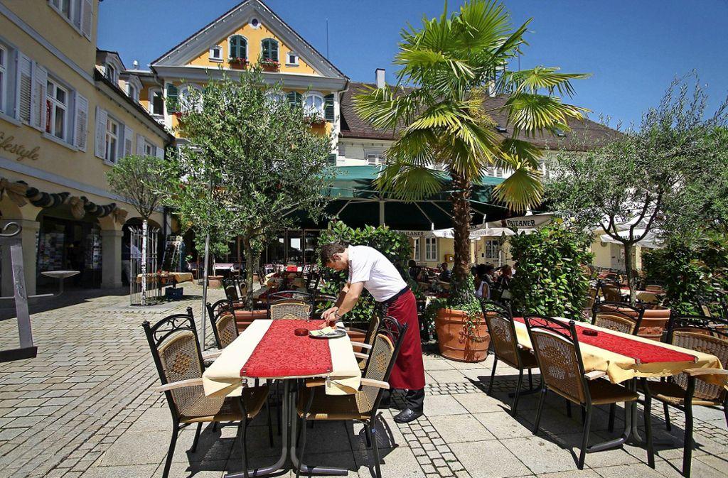 Der Ludwigsburger Marktplatz ist  für sein mediterranes Flair bekannt – auch bei den Sperrzeiten nähert sich die Stadt jetzt südeuropäischen Gepflogenheiten an. Foto: factum/Archiv