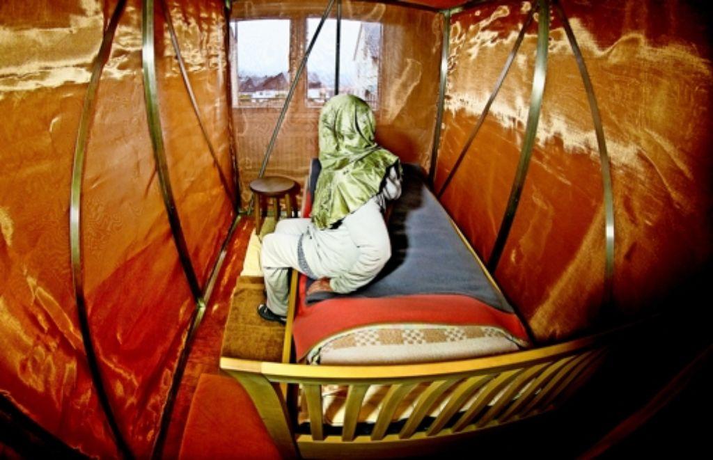 Das Schlafzimmer der 73-Jährigen ist eine  Art Faraday'scher Käfig,  der sie vor elektromagnetischen Wellen abschirmt. Die Wände bestehen aus einem Vorhang aus Kupferfäden, der Stoff ist auch in ihre Kleider genäht. Foto: Horst Rudel