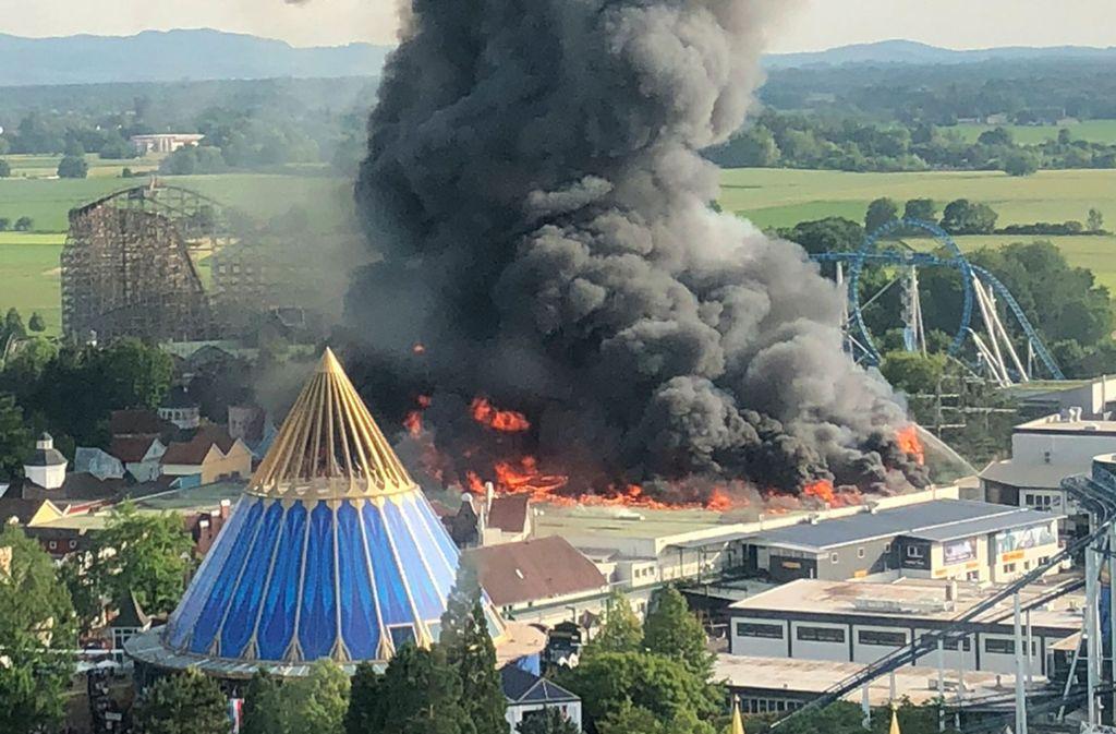 Das Feuer hat eine große Lagerhalle,  ein Fahrgeschäft und etliche kleinere Gebäude zerstört. Foto: dpa