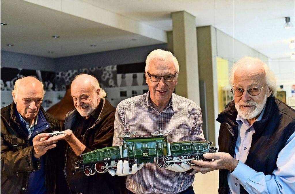 Vorfreude auf die kommende Ausstellung: Dieter Frey, Hagen von Ortloff, Lüder Hugendubel und Ulli Geiger (von links) mit einem  Modell des Krokodils Foto: Lichtgut/Max Kovalenko