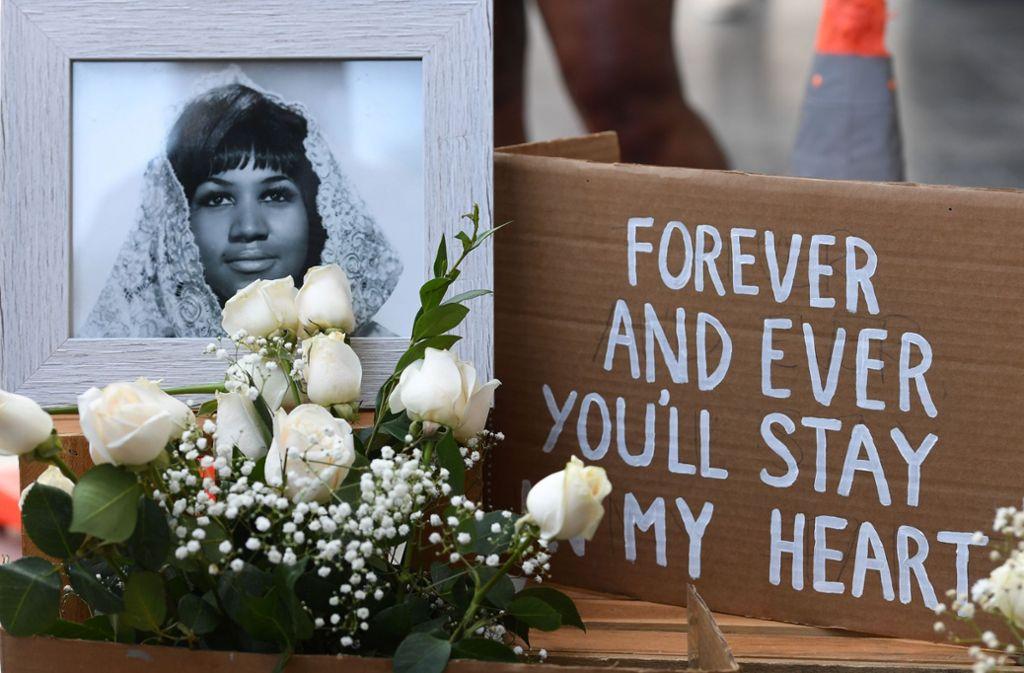 Tribut an einen Star: mit Blumen und Bildern  wird Aretha Franklins gedacht – hier auf dem Hollywood Walk of Fame. Foto: AFP