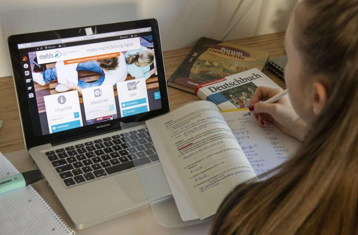 Viele Kinder und Jugendliche aus einkommensschwachen Familien hatten keinen PC, um dem digitalen Unterricht zu folgen: Die Spendenaktion konnte helfen. Foto: dpa/Stefan Puchner