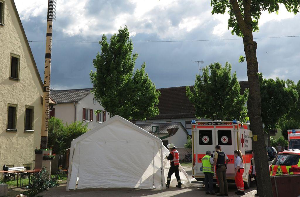 In Treuchtlingen ist die Spitze eines Maibaums abgebrochen – eine Frau wurde tödlich getroffen. Foto: Treuchtlinger Kurier/dpa