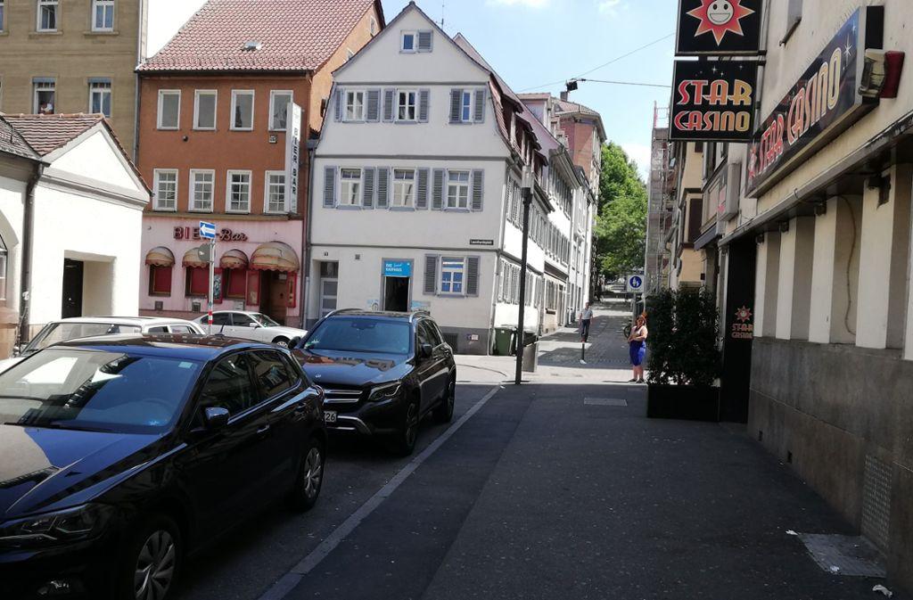 Viele Autos, wenig Platz: Die Stadt  will den Leonhardsplatz umgestalten. Foto: Cedric Rehman