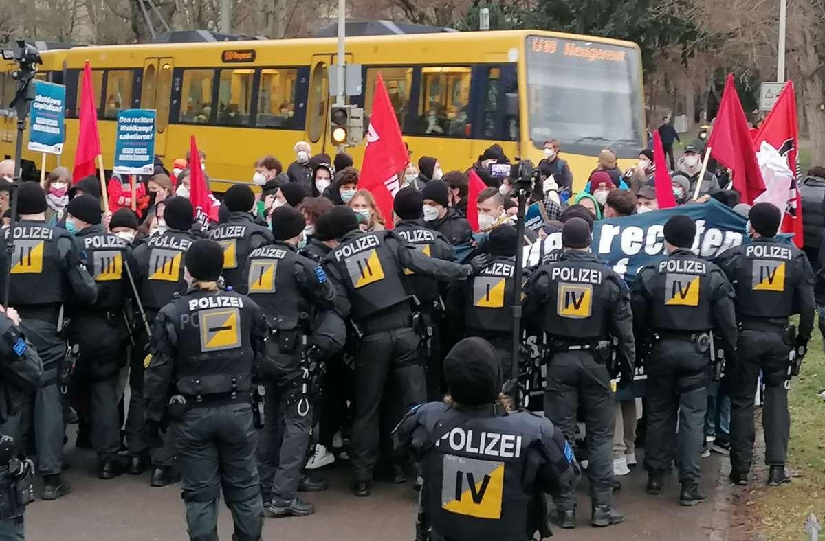 Die Polizei war am Freitagabend in Stuttgart-Bad Cannstatt im Einsatz. Foto: Andreas Rosar/Fotoagentur Stuttgart
