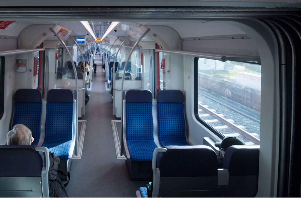 In drei Sitzen einer S-Bahn haben am Montagabend spitze Nadeln gesteckt (Symbolbild). Foto: dpa