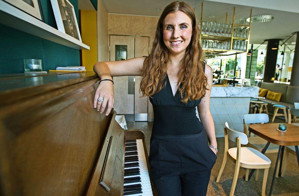Ariane Vera verbreitet ihre Botschaft für mehr Offenheit  mit Musik. Foto: Ines Rudel