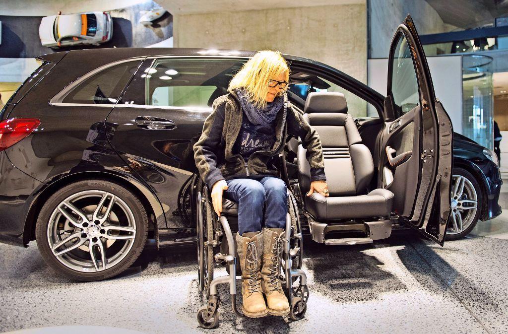 Ingrid Ettmayer-Flecks testet eine Einstiegshilfe für Rollstuhlfahrer. Foto: Lichtgut/Oliver Willikonsky, Julian Rettig