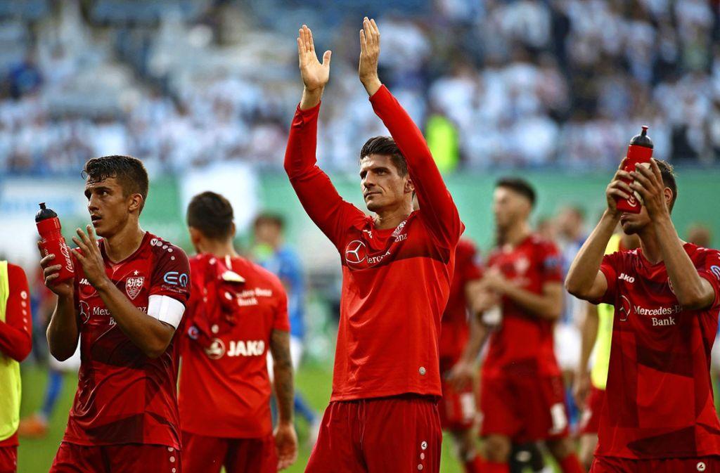 Freude über den Auswärtssieg: Die VfB-Profis um Mario Gomez bedanken sich bei den Fans. Foto: dpa