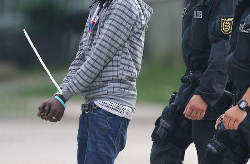 Polizei geht Waffenhinweisen in Flüchtlingsunterkunft nach