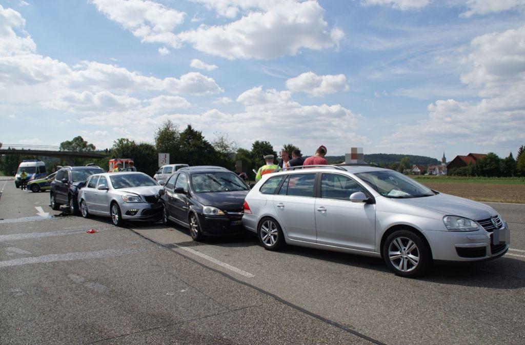 Eine 60-Jährige in Renningen achtet beim Spurwechsel nicht auf den nachkommenden Verkehr und verursacht dadurch einen Unfall mit sechs Fahrzeugen. Foto: SDMG