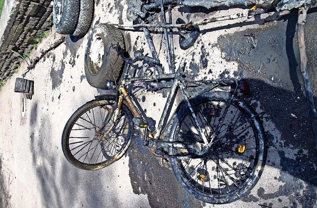 Eines der  Fahrräder, das von den  Anglern bei einer der vergangenen Putzeten aus dem Riedsee gezogen worden ist. Foto: privat
