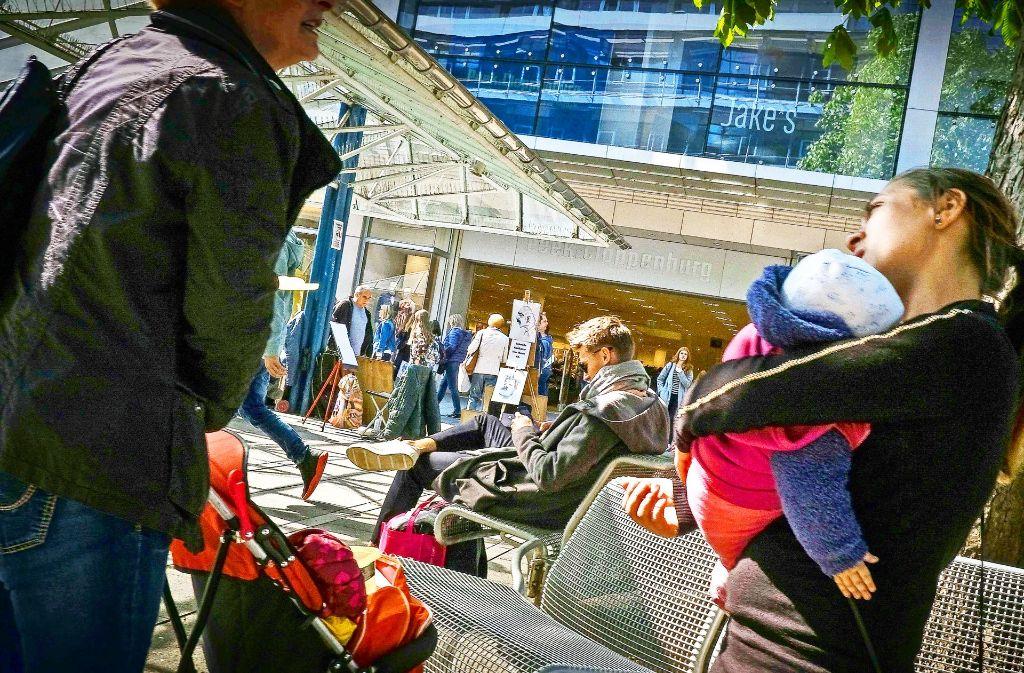 In der Innenstadt hoffen viele Bettler auf Münzen von Passanten. Inzwischen bringen sie oft Kinder mit, um ihre Chancen auf eine milde Gabe zu erhöhen. Foto: Lichtgut/Leif Piechowski