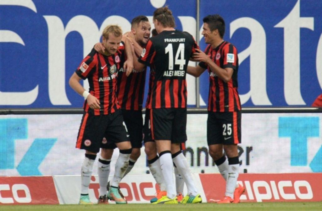 Die Spieler von Eintracht Frankfurt feiern den 2:1-Auswärtserfolg beim Hamburger SV. Foto: dpa