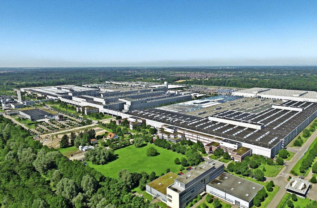 Im Mercedes-Benz-Werk Rastatt arbeiten 6500 Menschen. Die umstrittene Erweiterungsfläche liegt  links im Hintergrund. Foto: Daimler