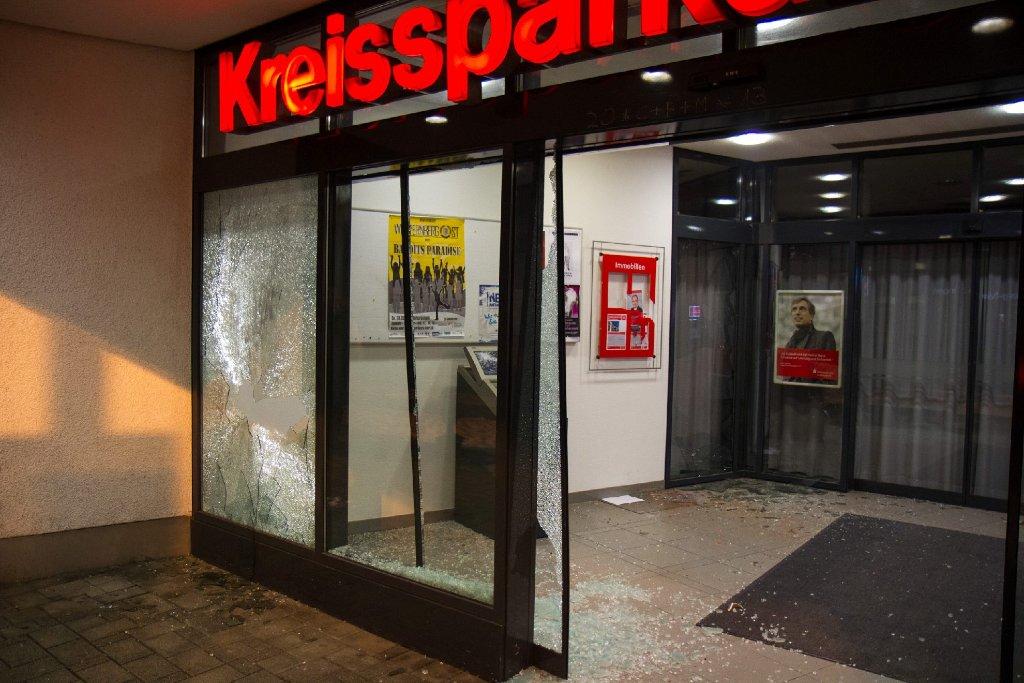 Zerborstene Scheiben an der Kreissparkassen-Filiale in Markgröningen: Sie wurden mit einer Eisenstange eingeschlagen. Foto: www.7aktuell.de   www.7aktuell.de/Dan Becker (34 Fotos)
