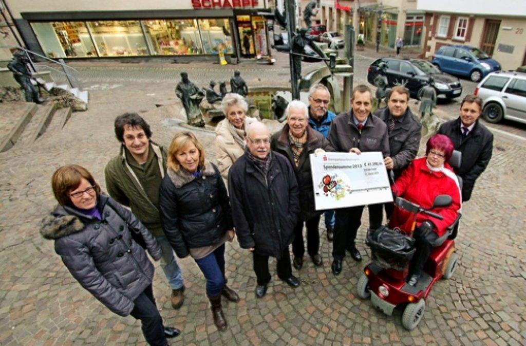 Stolze Summe: am Narrenbrunnen nimmt Stefan Bielack vom Stuttgarter Olgahospital einen Scheck über mehr als 41 000 Euro entgegen. Foto: factum/Bach