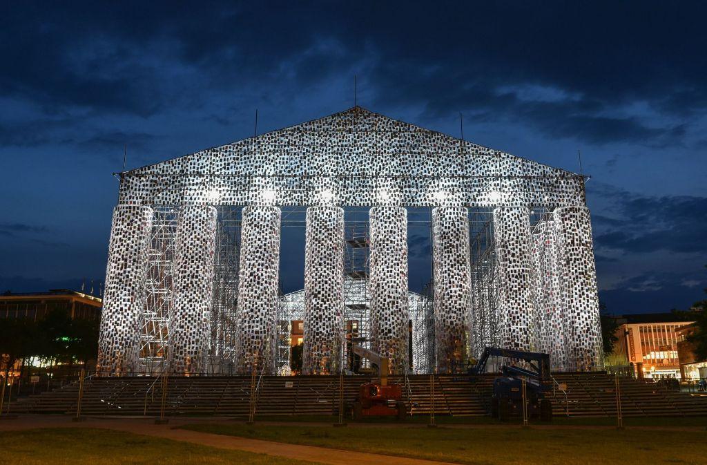 In Kassel begenet einem die Kunst überall: hier der Bücher-Parthenon von Marta Minujin. Foto: dpa