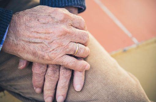 Bettler will Senior Ehering vom Finger ziehen