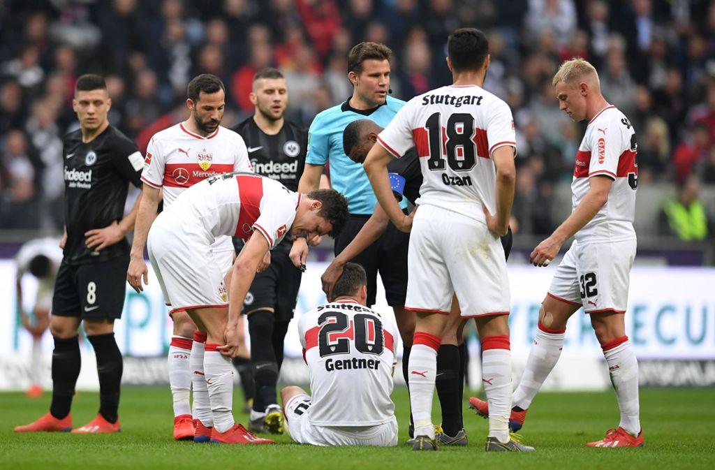 Christian Gentner (am Boden), der Kapitän des VfB Stuttgart, verletzte sich im Spiel bei Eintracht Frankfurt. Auch Gonzalo Castro (2. v. li.) fällt vorerst aus. Foto: Getty