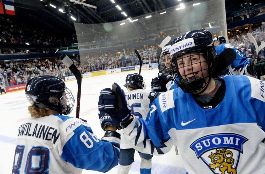 Die finnischen Eishockey-Damen freuten sich bereits über den gewonnen WM-Titel, der ihnen dann doch noch aus den Händen gerissen wurde. Foto: Mikko Stig