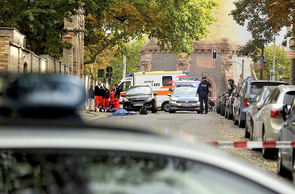 Nach der tödlichen Schießerei in Halle schützt ein massives Polizeiaufgebot die Synagoge. Foto: /Georg Wittmann