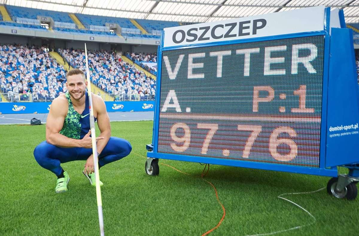 Johannes Vetter strahlt in die Kamera, nachdem ihm sein persönlich bester Wurf und damit der zweitbeste Wurf in der Geschichte des Speerwerfens geglückt ist. Foto: AFP/LUKASZ SZELAG