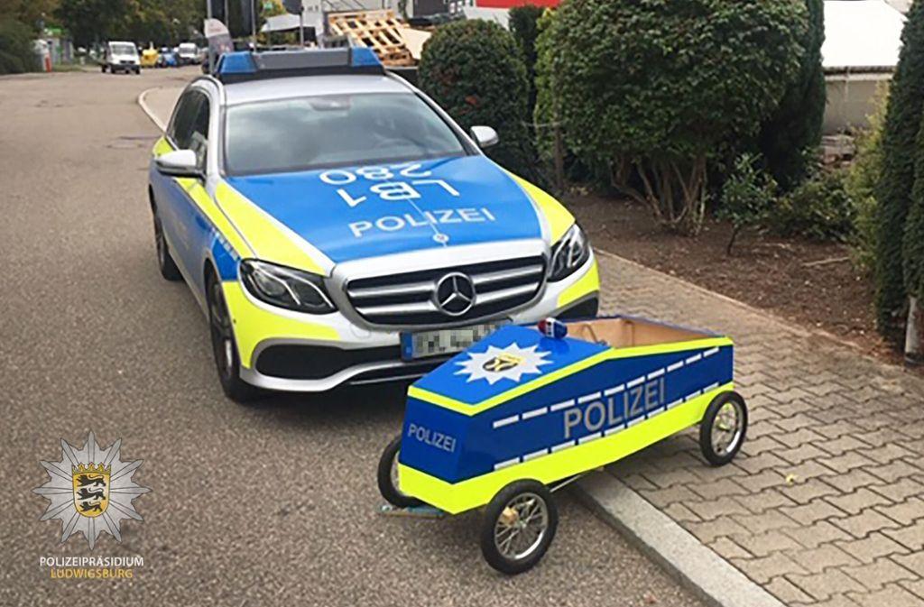 Die Streifenkiste und der Streifenwagen. Foto: Polizeipräsidium/Ludwigsburg