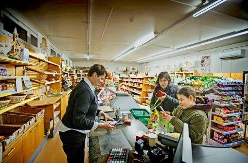 Im   Dorfladen haben die Mitarbeiter selten Leerlauf – viele Bewohner kaufen hier ein. Foto: Gottfried Stoppel