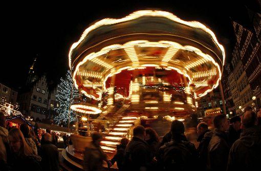 Weihnachtsbaum kracht auf Kinderkarussell - Fünf Erwachsene verletzt