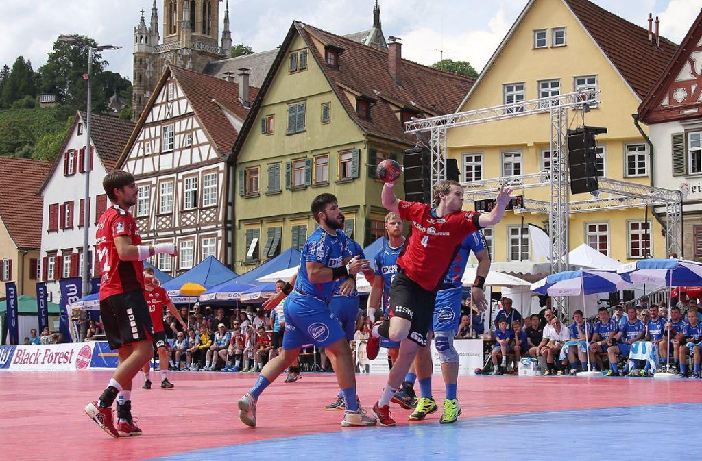 Handball vor malerischer Kulisse: Beim Marktplatzturnier im vergangenen Jahr trafen in Esslingen der TBV Lemgo und die SG BBM Bietigheim aufeinander. Foto: Baumann