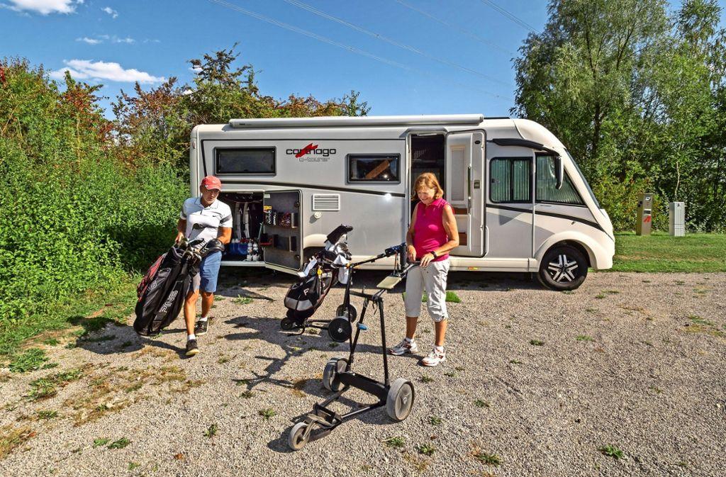 Silvia und Hans-Walter Mengel beim Golfplatz-Hopping: Mit ihrem Wohnmobil haben sie am  Stellplatz des Golfclubs Domäne Niederreutin Station gemacht Foto: factum/Weise