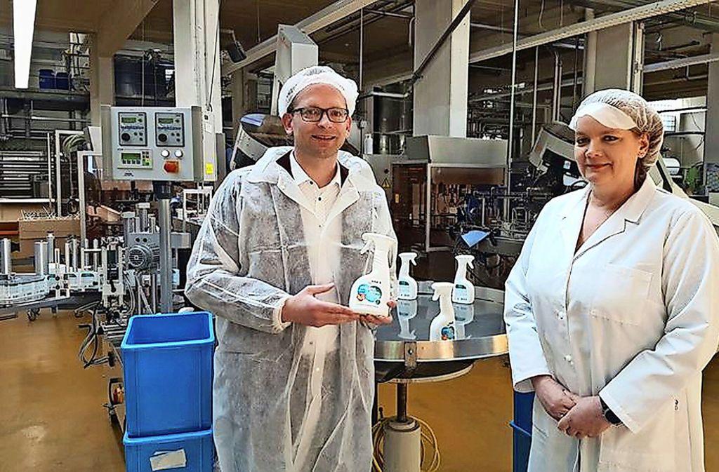 Thomas Firle, zweiter Geschäftsführer, und Imke Schmidt mit dem neuen Hygienespray, das bei Haka seit Kurzem hergestellt wird. Foto: privat/Haka