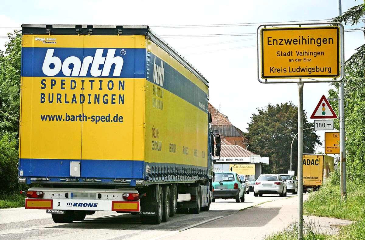Enzweihingen leidet schon lange Zeit unter zu viel Verkehr. Schon länger gibt es Pläne für eine Umgehung, die allerdings auf Widerstand stößt. Foto: factum/Archiv