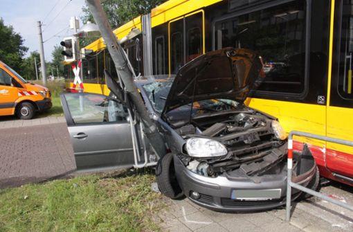 Frau bei Unfall mit Straßenbahn in Auto eingeklemmt